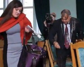 Журналістка пояснила, чому вилила на мера відро багнюки
