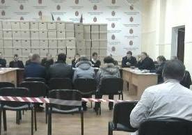 В Одесі виборча комісія обмежила пересування журналістів і спостерігачів на дільниці, відгородивши їх стрічкою